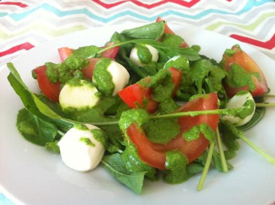 salada com molho pesto de espinafre