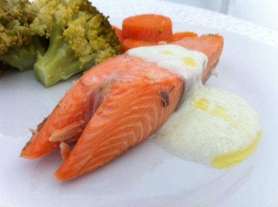 salmão com molho se iogurte e wasabi
