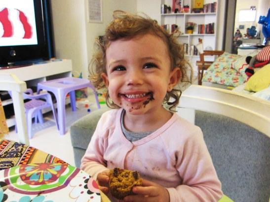 Lina-comendo-bolinho-Gostosinhas